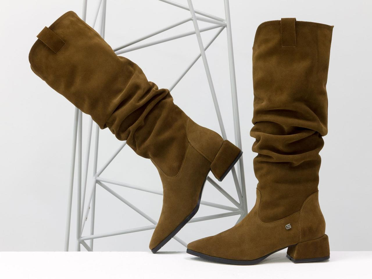 Сапоги Слаучи (slouch) свободного одевания из натуральной замши, на невысоком квадратном каблуке