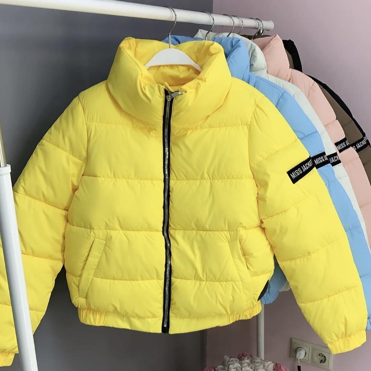Женская короткая курточка с воротником-стойкой
