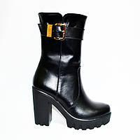 Женские кожаные ботинки зимние на тракторной подошве, декорированы лаковым ремешком., фото 1