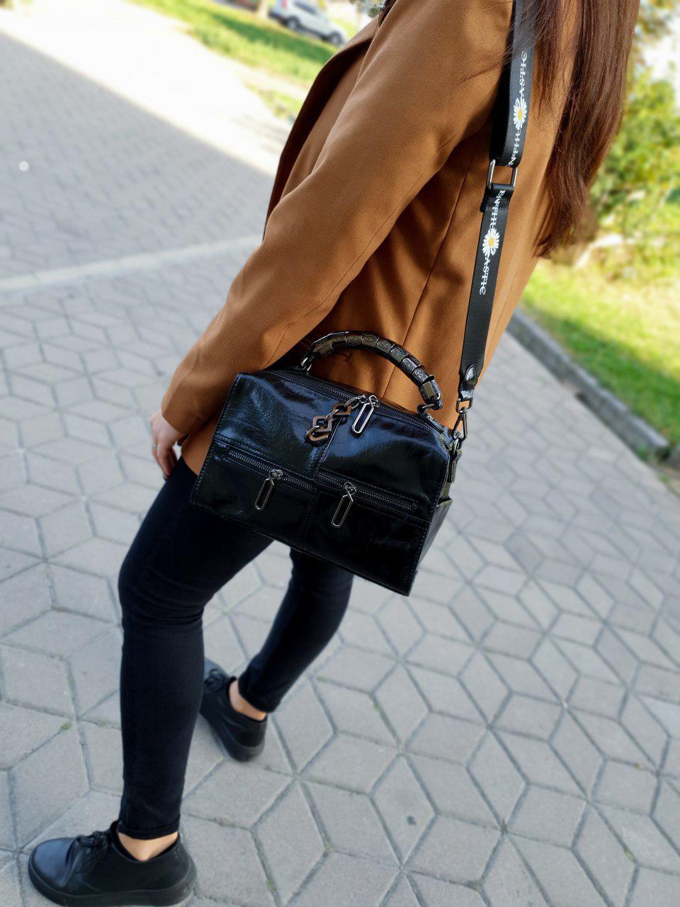 Кожаная женская сумка размером 27х17х12 см Черная