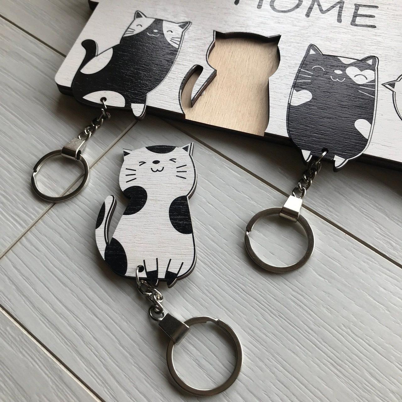 Ключница черно-белая Котята: настенная, оригинальная деревянная ключница с милыми котиками