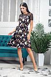 Жіноче легке літнє плаття трапеція з софта з сіткою, короткий рукав, вільне, по коліно.Квіти на чорному, фото 2