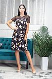 Жіноче легке літнє плаття трапеція з софта з сіткою, короткий рукав, вільне, по коліно.Квіти на чорному, фото 4