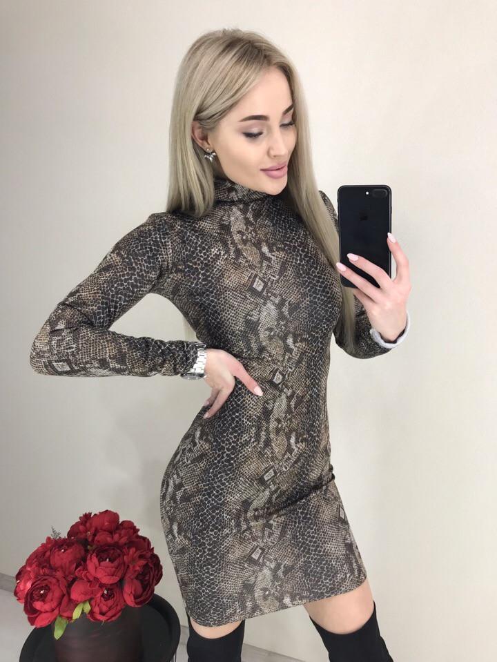 Женское ангоровое платье-гольф короткое, змеиный принт питона. Коричневое. 40,42,44,46