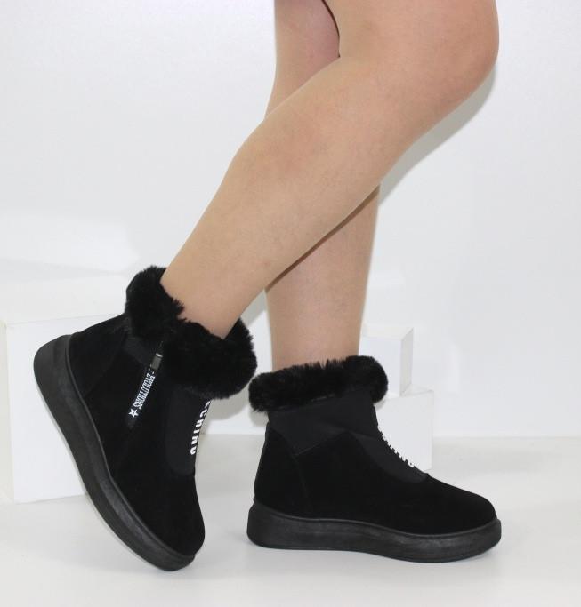 Женские зимние замшевые ботинки черного цвета с опушкой на платформе