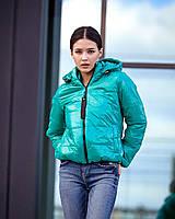 Стильная молодежная демисезонная куртка свободного прямого покроя, с несколько приспущенной линией плеча