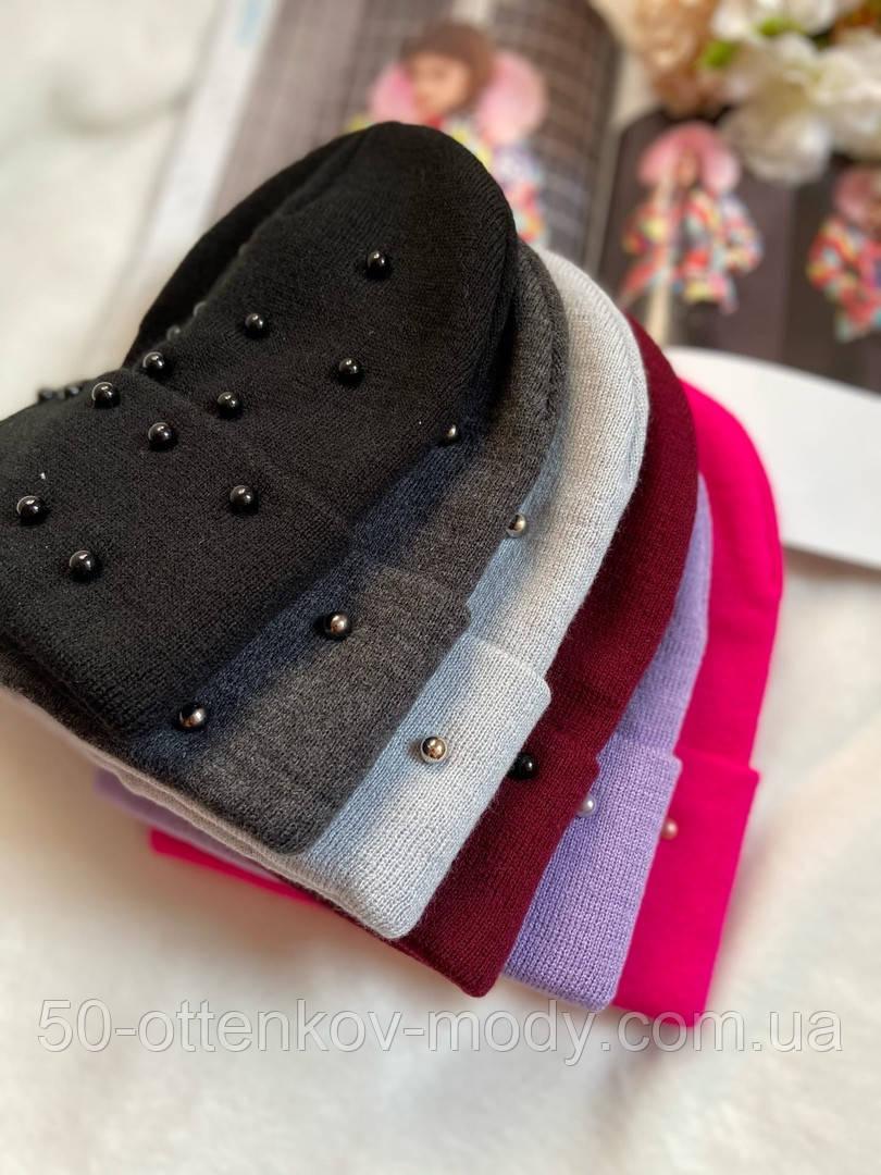Жіноча акрилова однотонна шапка з бусинками в кольорах