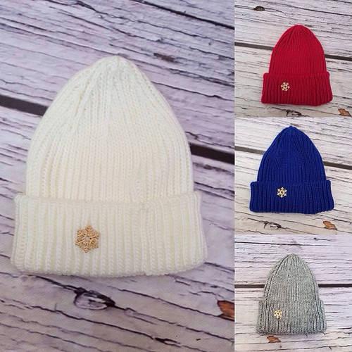 Вязаная шапка-чулок со снежинкой