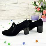 Черные замшевые женские туфли на невысоком каблуке, декорированы фурнитурой, фото 2