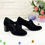 Черные замшевые женские туфли на невысоком каблуке, декорированы фурнитурой, фото 3