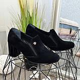 Черные замшевые женские туфли на невысоком каблуке, декорированы фурнитурой, фото 4