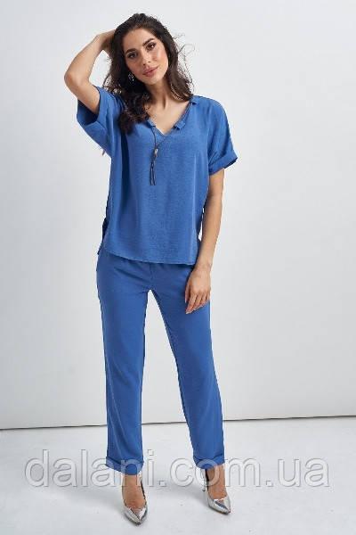 Брючный женский голубой костюм со свободной блузой