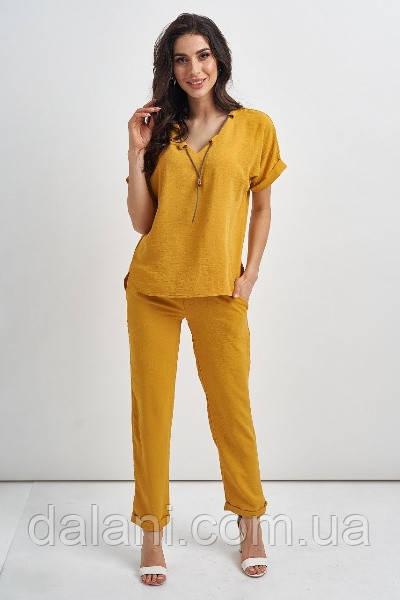 Брючный женский горчичный костюм со свободной блузой