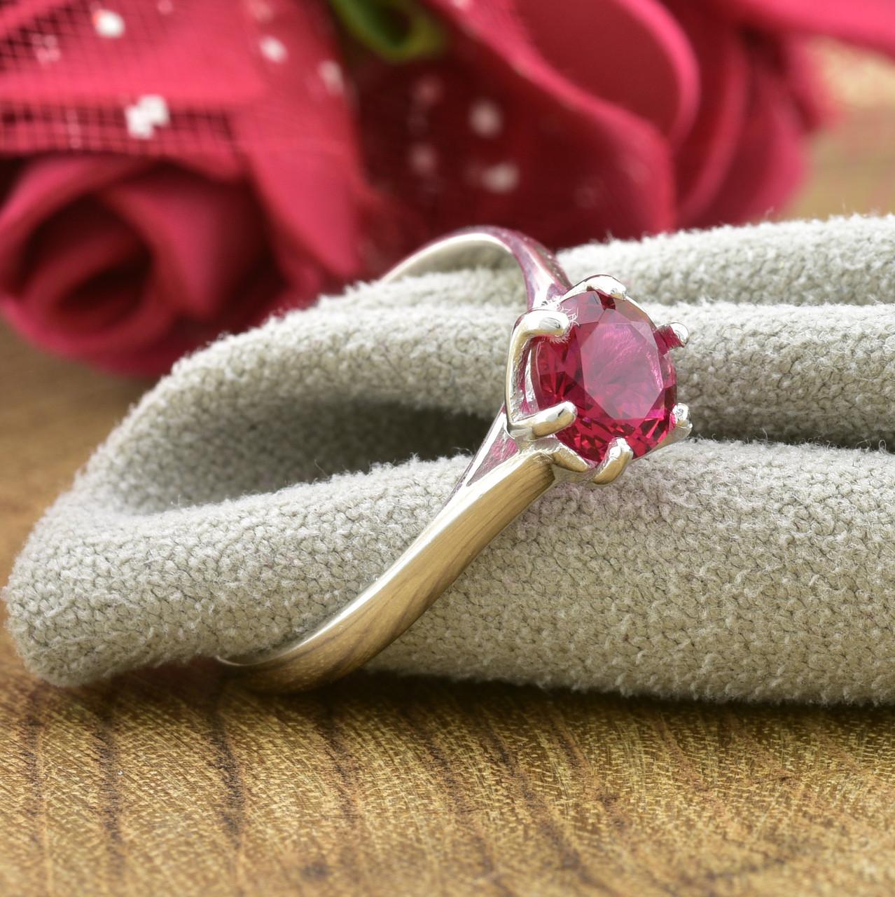 Серебряное кольцо размер 18 вставка рубиновые фианиты вес 1.4 г