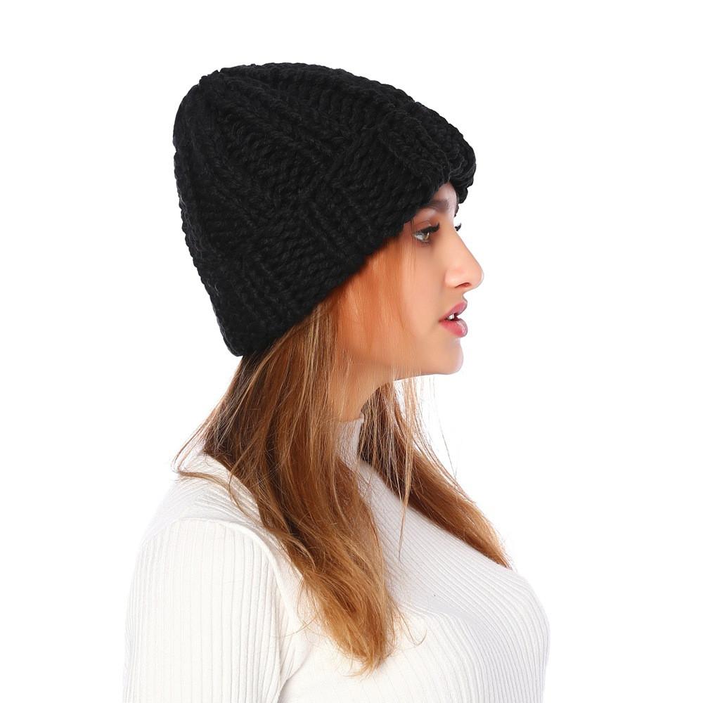 Женская вязаная зимняя шапка в черном цвете