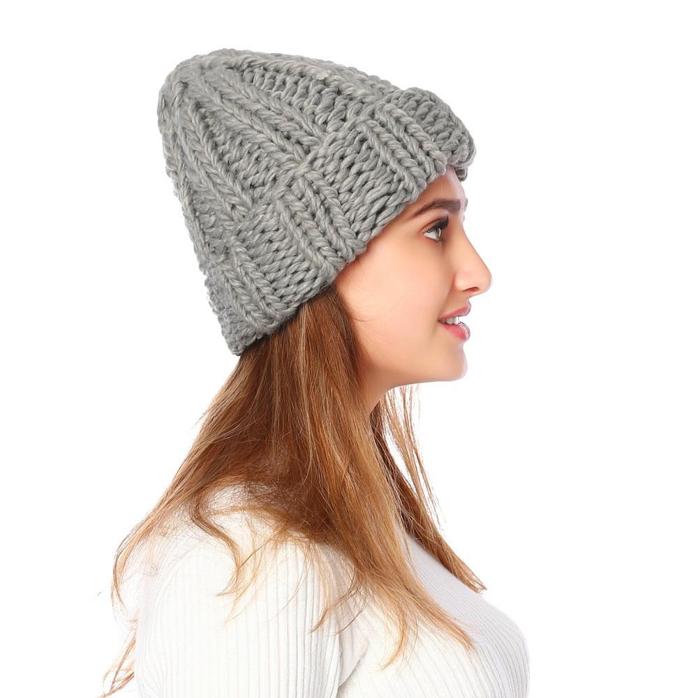 Жіноча вязана зимова шапка в сірому кольорі