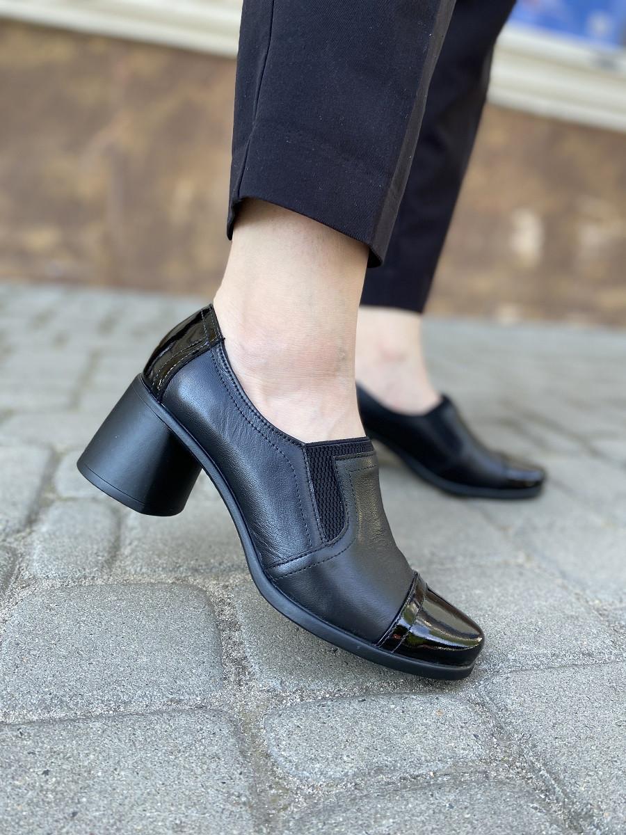 Кожаные туфли на устойчивом каблуке с лаковым носк