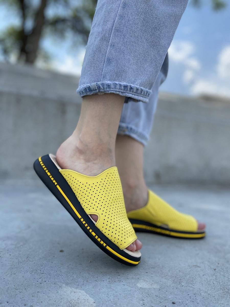 Кожаные женские шлёпанцы с перфорацией в желтом цвете