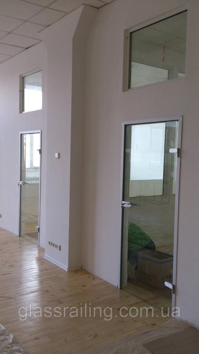 Стеклянная дверь в алюминиевой кробке