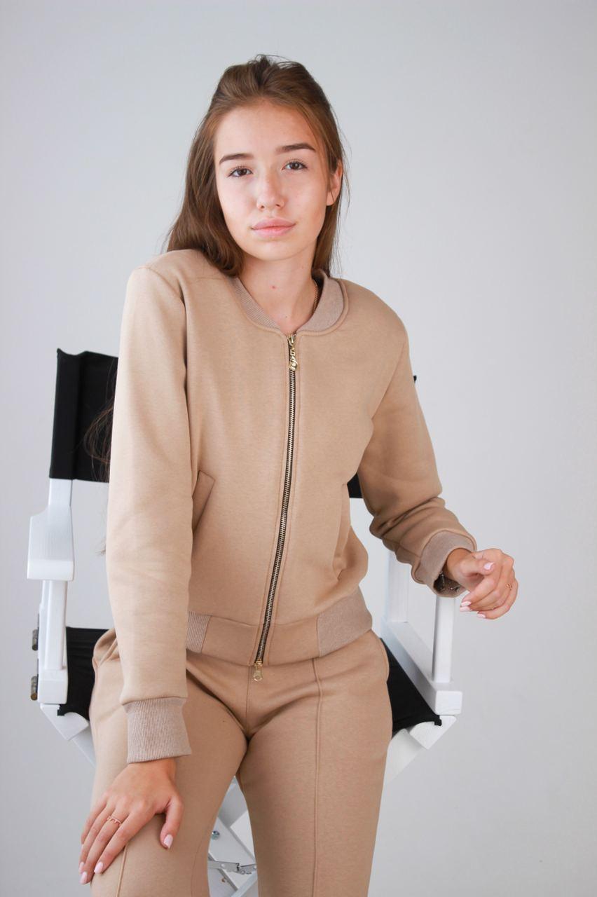 Женский спортивный костюм теплый бежевого цвета. Теплый женский костюм спортивный бежевый.