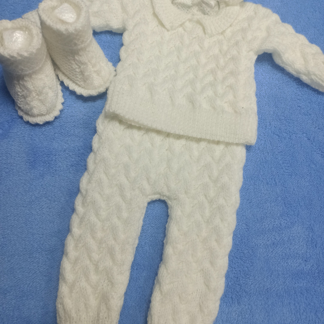 Вязаный теплый красивый костюм для новорожденных.В комплект входят: кофточка. штаны. шапка. пинетки.
