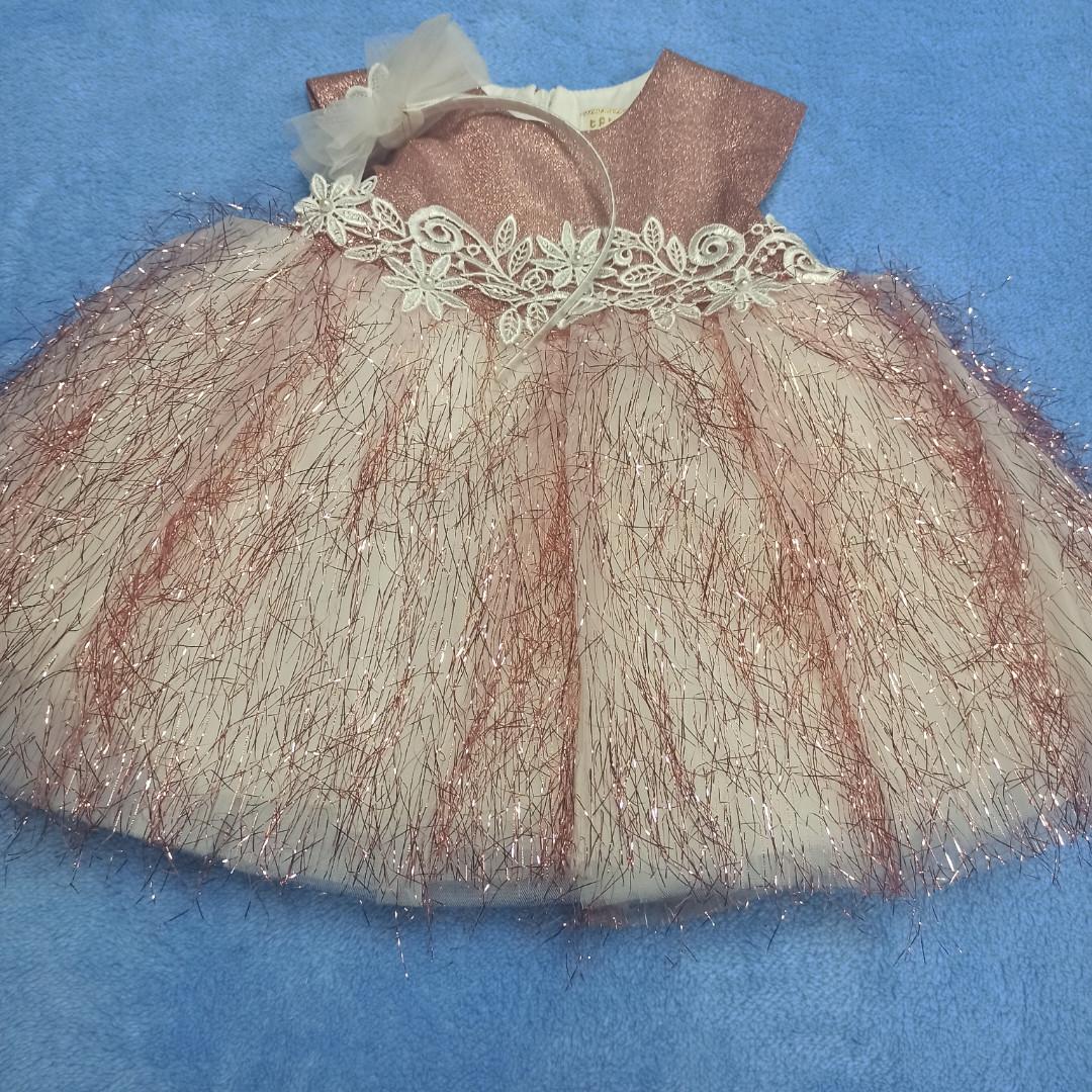 Красивое нарядное платье для девочки. В комплект входит обруч для волос. Украшение- кружева.