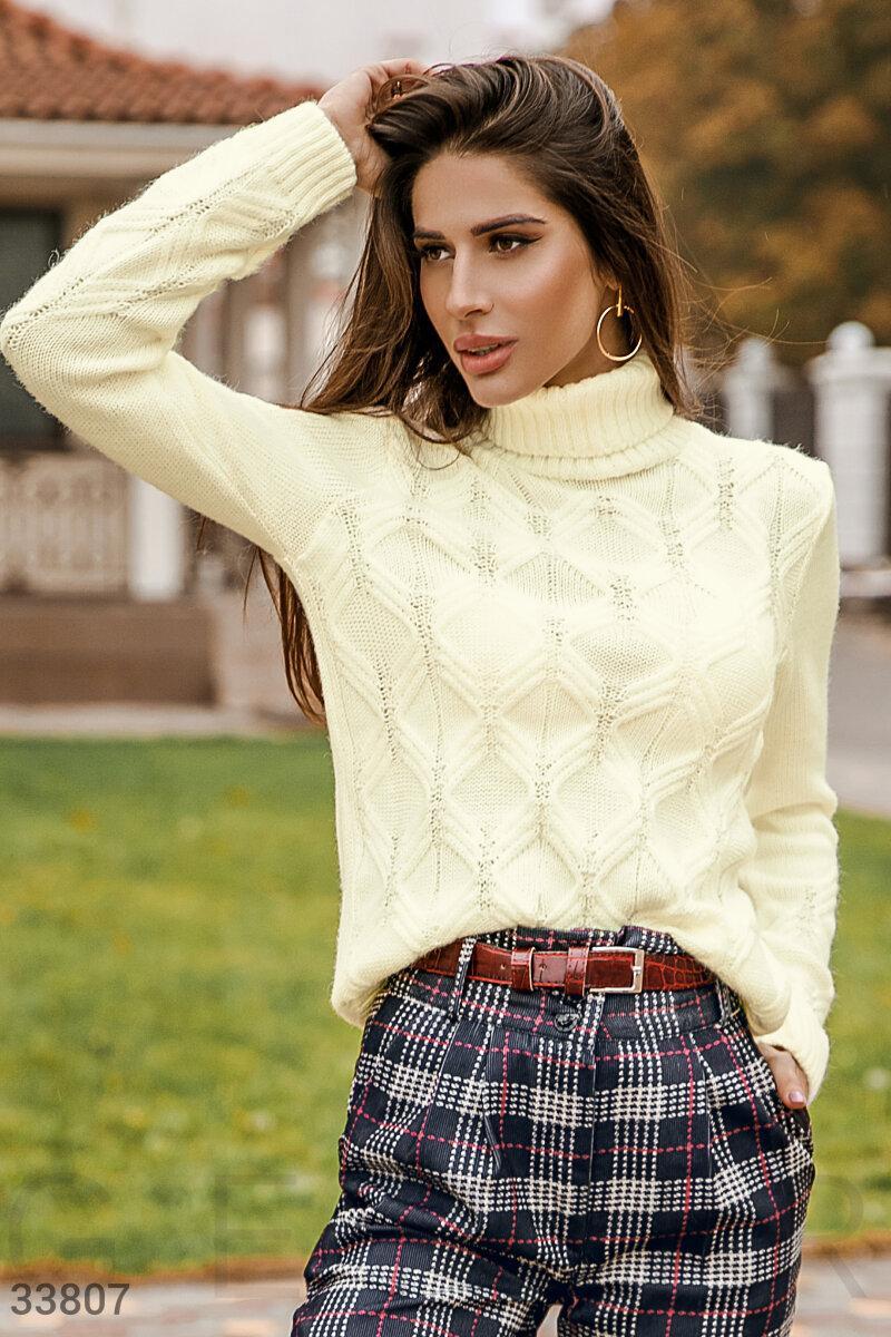 Вязаный свитер с высоким воротником белый