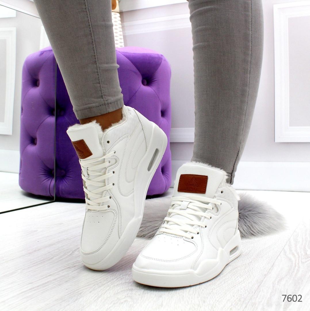 Белые зимние женские кроссовки классического дизайна на шнуровке