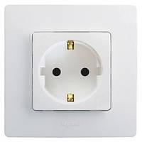 Розетка электрическая с заземлением Легранд – «Этика», с защитными шторками цвет белый