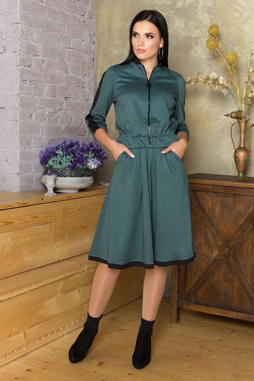 Женский трикотажный костюм с юбкой в клетку зеленый