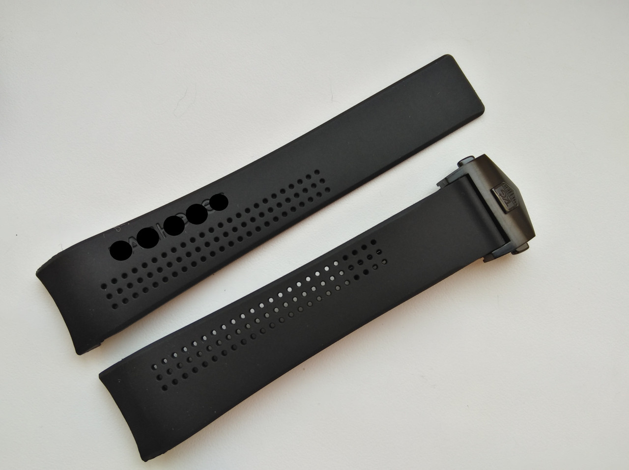 Каучуковый ремешок для часов, черный, заокругленное окончание. Черная застежка. 20 мм