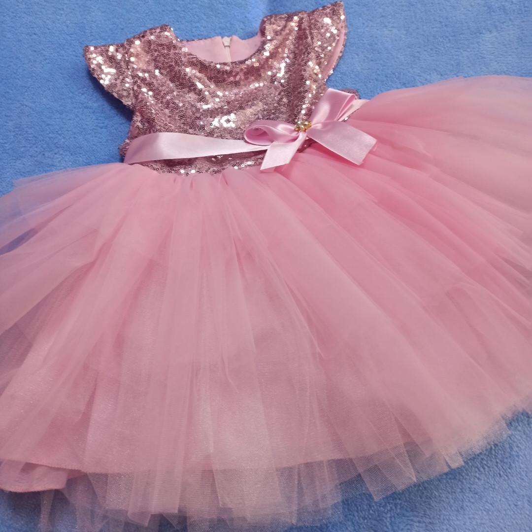 Нарядное красивое платье для девочки с пышной юбкой.