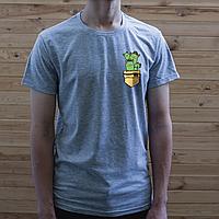 Мужская серая футболка, карман с котами-кактусами