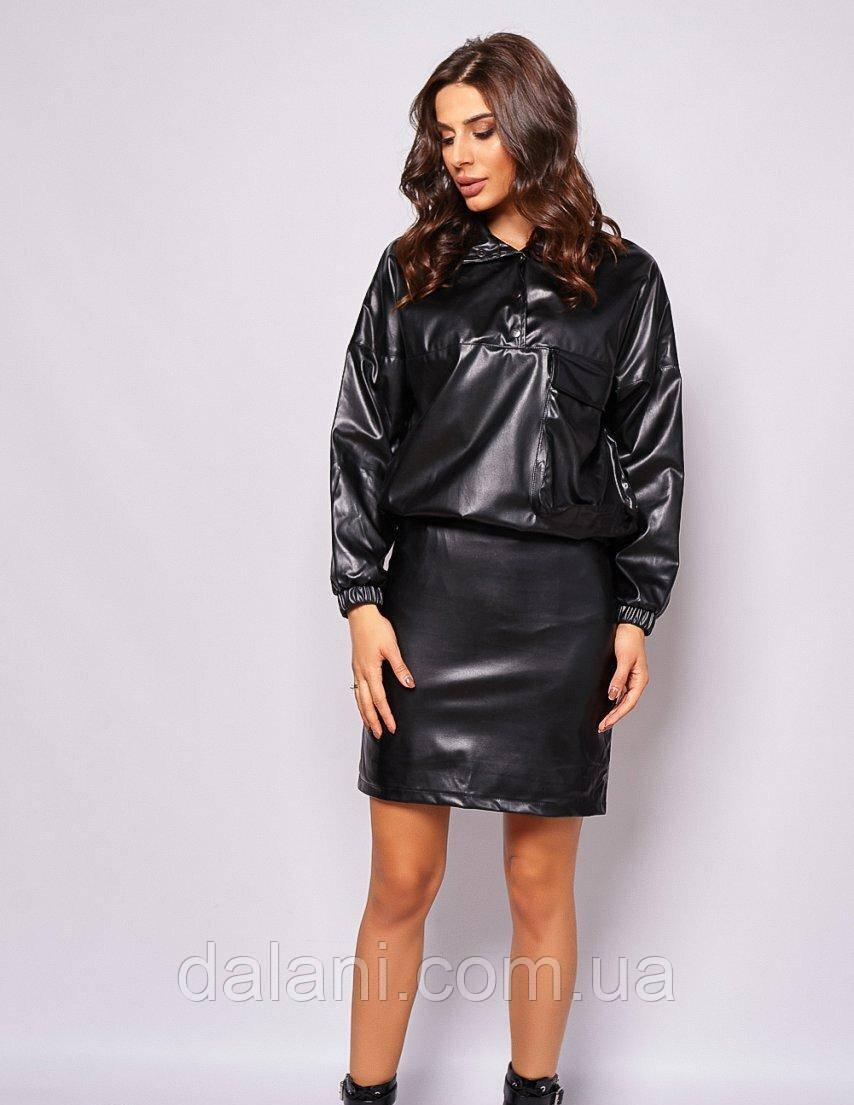 Женский черный кожаный костюм из джемпера и юбки