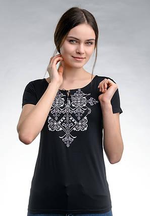 Повседневная женская вышитая футболка в черном цвете «Элегия (серая вышивка)», фото 2
