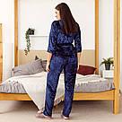 Комплект жіночий з мармурового велюру плюс-сайз. Комплект халат і штани темно-синього кольору, фото 4