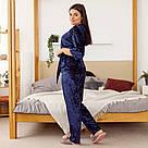 Комплект жіночий з мармурового велюру плюс-сайз. Комплект халат і штани темно-синього кольору, фото 3