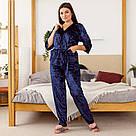 Комплект жіночий з мармурового велюру плюс-сайз. Комплект халат і штани темно-синього кольору, фото 2
