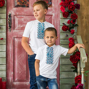 Стильная вышитая футболка для мальчика белого цвета с синим геометрическим орнаментом «Дем'янчик»