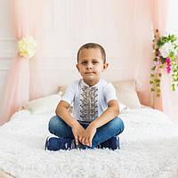 Стильная вышиванка для мальчика белого цвета с коричневым орнаментом «Дем'янчик»