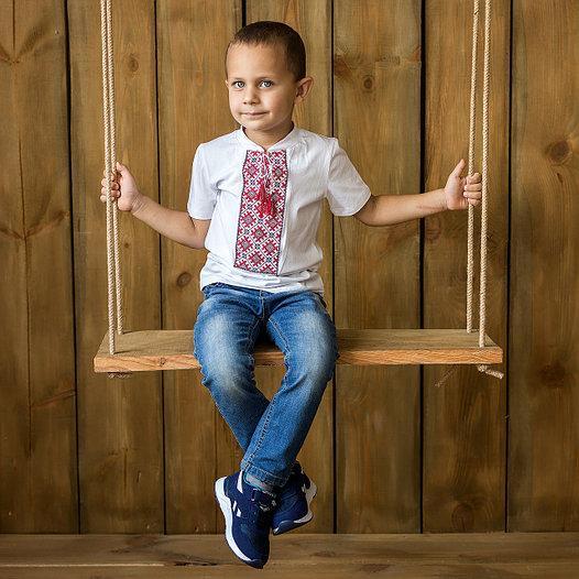 Классическая вышитая футболка для мальчика с красным орнаментом «Нежная геометрия»