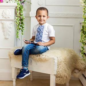 Модная детская футболка с синей вышивкой на белом «Голубой узор»
