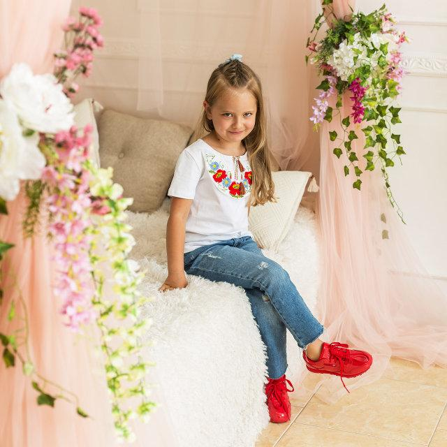 Стильная футболка для девочки белого цвета «Маки-ромашки»