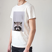 Мужская белая футболка с енотом