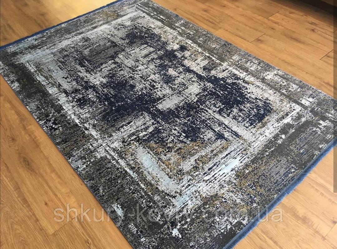 Темний потертий килим з шовку в сучасному стилі вінтажний килим в зал біля дивана