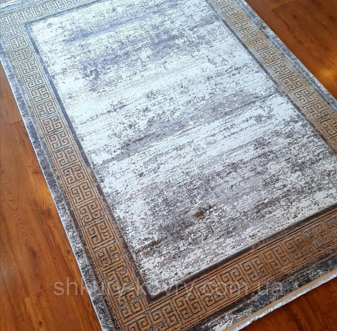 Красивий багатий килим в стилі модерн з візерунком версаче під золото