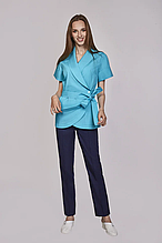 Изящная женская медицинская куртка на запах из батиста в голубом цвете 42-56