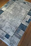 Ковер из шелка с современным геометрическим рисунком в потертом винтажном стиле с сине голубыми элементами, фото 2