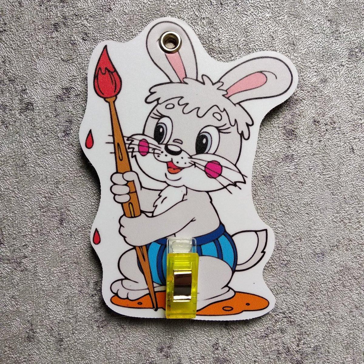 Держатель рисунка с прищепкой Зайчик с кисточкой