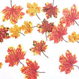 Искусственные листья клена желто-красные c хвостиком  50 шт в уп